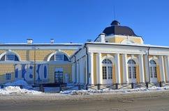 Arkhangelsk, Rússia, fevereiro, 20, 2018 Gostiny Dvor Torre norte, parede ocidental e torre da troca Começo XX do século Arkhange imagens de stock