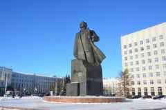 Arkhangelsk, Rusia, febrero, 20, 2018 Monumento a Lenin y el edificio de la asamblea regional de diputados en invierno en arca foto de archivo libre de regalías