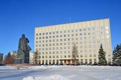 Arkhangelsk, Rusia, febrero, 20, 2018 Monumento a Lenin y el edificio de la asamblea regional de diputados en invierno en arca fotos de archivo