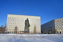 Arkhangelsk, Rusia, febrero, 20, 2018 Monumento a Lenin y el edificio de la asamblea regional de diputados en invierno en arca fotografía de archivo
