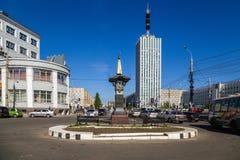Arkhangelsk, Rusia Monumento cero del jalón cerca de la oficina de correos central Foto de archivo libre de regalías