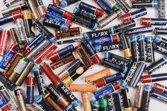 Arkhangelsk, Rusland, 3 December, 2018: Heel wat alkalische batterijen verspreidden zich op een witte lijst Concept recycling stock foto