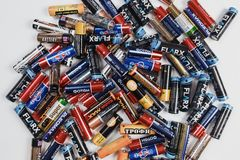 Arkhangelsk, Rusland, 3 December, 2018: Heel wat alkalische batterijen verspreidden zich op een witte lijst Concept recycling stock foto's