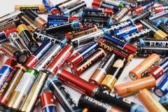 Arkhangelsk, Rusland, 3 December, 2018: Heel wat alkalische batterijen verspreidden zich op een witte lijst Concept recycling royalty-vrije stock foto