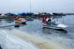 ARKHANGELSK, RUSSIE - 14 AVRIL 2014 : Aéroglisseurs amphibie Cushioncrafts d'emercom Se garer sur la glace faible Image stock