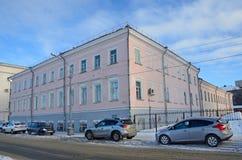 Arkhangelsk Ryssland, Februari, 20, 2018 Bilar nära maritimt handlar skola av det tidiga 19th århundradet Nu - federal forskningm royaltyfria foton