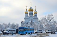 Arkhangelsk Ryssland, Februari, 19, 2018 Kollektivtrafikstopp på bakgrunden av Sts Michael domkyrka i Arkhangelsk, Russ royaltyfria bilder