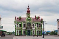 Arkhangelskaya Sloboda, piękny, zielony dom, budujący w Flamandzkim stylu Republika Mari El, Ola, Rosja 05/21/20 Zdjęcia Stock