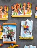 ARKHYZ, ΡΩΣΊΑ - 10 ΜΑΐΟΥ 2014: Πολλοί ταξιδεύουν το μαγνήτη souvenires στην αγορά βόρειο πανόραμα βουνών τοπίων Καύκασου Στοκ Εικόνες