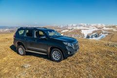 Arkhyz, kaukasische Berge, Russland - 27. April 2017: Schwarzes Auto nicht für den Straßenverkehr Toyota landen Kreuzer Prado an  Stockfoto