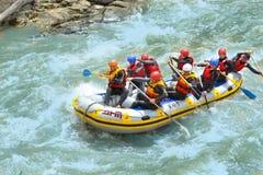 ARKHYZ, RUSIA - 10 DE MAYO DE 2014: Turistas que transportan en balsa en el río de Zelenchuk Fotos de archivo libres de regalías