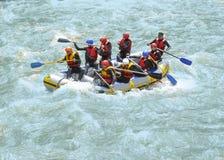 ARKHYZ RYSSLAND - MAJ 10, 2014: Turister som som rafting på den Zelenchuk floden Arkivbild