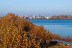 arki Jesień dzień Widok stare kuszetki szalunku zakład przetwórczy i budynki obraz stock