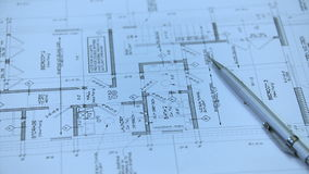 Arkitekt eller tekniker som arbetar på ritning på arkitektarbetsplatsen - arkitektoniskt projekt lager videofilmer