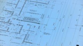 Arkitekt eller tekniker som arbetar på ritning på arkitektarbetsplatsen - arkitektoniskt projekt arkivfilmer