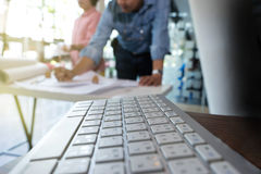 arkitekt eller tekniker som arbetar på tabellen Arkivbilder