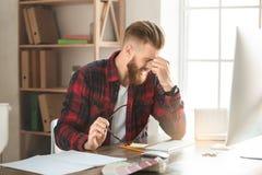 Arkitekt för ung man som arbetar i kontorsocuupationen arkivbild