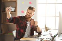 Arkitekt för ung man som arbetar i kontorsocuupationen royaltyfria foton
