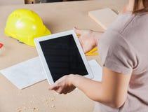Arkitekt Holding Digital Tablet i seminarium Arkivbild