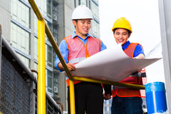 Arkitekt och arbetsledare på konstruktionsplats Arkivbilder