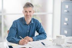 Arkitekt som arbetar i hans kontor Arkivfoto