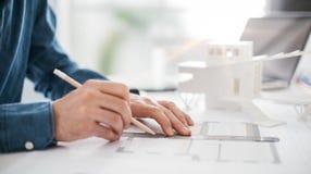 Arkitekt som arbetar i hans kontor Royaltyfria Foton