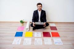 Arkitekt som arbetar med konstruktionsplan Arkivbilder