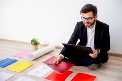 Arkitekt som arbetar med konstruktionsplan Arkivfoto