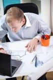Arkitekt som arbetar på bärbara datorn Royaltyfri Foto