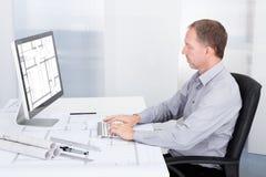 Arkitekt som arbetar på datoren Arkivfoton