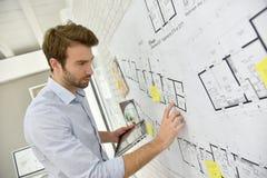 Arkitekt som arbetar på ett projekt arkivfoto