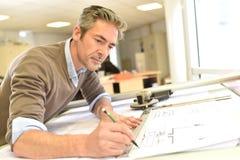 Arkitekt som arbetar på plan Arkivbilder