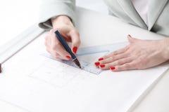 Arkitekt som arbetar på ritning Arkivfoto