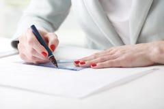 Arkitekt som arbetar på ritning Arkivfoton