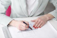 Arkitekt som arbetar på ritning Royaltyfri Foto