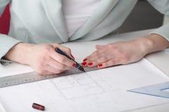 Arkitekt som arbetar på ritning Royaltyfria Foton