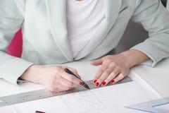 Arkitekt som arbetar på ritning Royaltyfri Fotografi