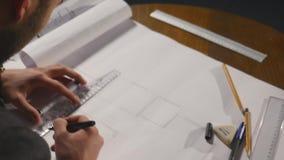 Arkitekt som arbetar på ritning på svart bakgrund lager videofilmer