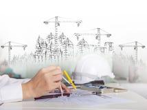 Arkitekt som arbetar på talbe med den skissa och byggande tankeskapelsen arkivbilder