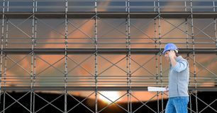 Arkitekt som framme ringer av materialet till byggnadsställning 3D Arkivbilder