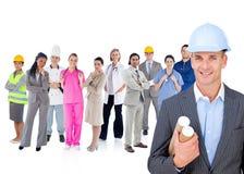 Arkitekt som framme står av olika typer av arbetare Arkivbild