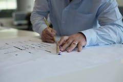 Arkitekt som redigerar CAD-teckningar Arkivfoton