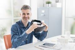 Arkitekt som rymmer en VR-hörlurar med mikrofon Royaltyfria Bilder