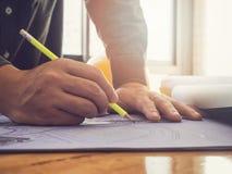 Arkitekt som skissar en ritning för konstruktionsprojekt Royaltyfria Bilder