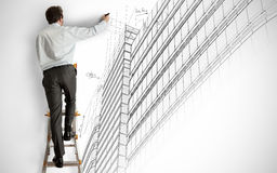 Arkitekt som tecknar ett projekt Arkivfoton