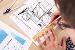 Arkitekt Working On Blueprint royaltyfri fotografi