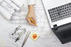 Arkitekt Working On Blueprint Arkitektarbetsplats - arkitektoniskt projekt, ritningar, linjal, räknemaskin, bärbar dator och fotografering för bildbyråer