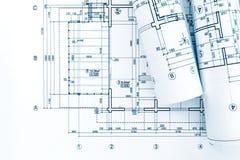Arkitektarbetsplats med rullar av ritningar och den tekniska drawien Royaltyfri Bild