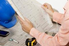 Arkitekten som granskar och visar arkitektur, skissar arkivbild