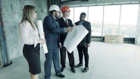 Arkitekter diskuterar med den rika kunden som att sanera av den tidigare fabriken shoppar på en modern vind stock video